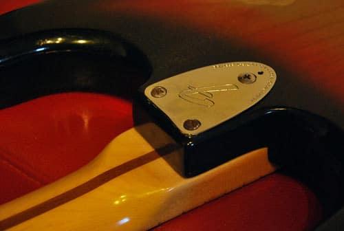 La jnction corps/manche d'une stratocaster. Le manche vissé sur le corps, vu de l'arrière