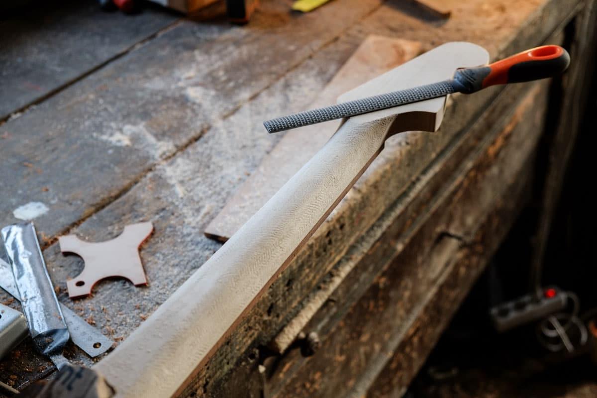 Formage du dos du manche d'une guitare électrique