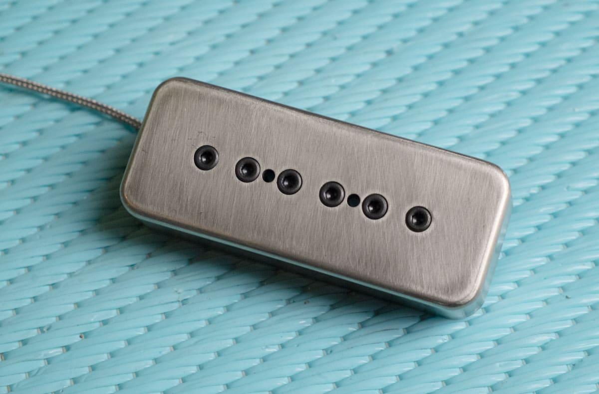Micro P90 alnico 9 avec capot en nickel/argent et vis hexa noires